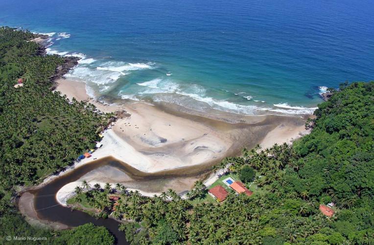 Foto aérea da praia de Jeribucaçu, Itacaré, Bahia. No canto esquerdo, a pequena praia da Arruda. Ps: nessa foto o rio parece feio, mas normalmente é bem bonito e claro. Foto: itacare.com.br.