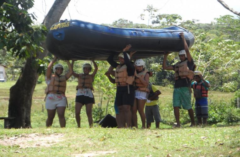 Nosso grupo levando o bote para o rafting no rio de Contas, Bahia.