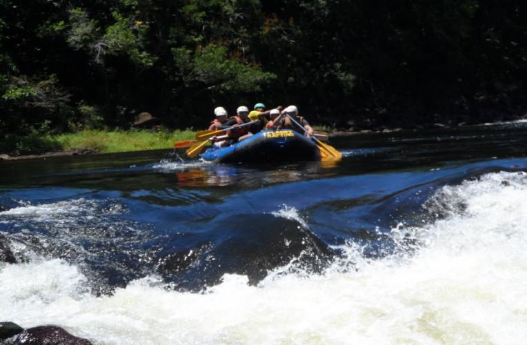 O rio de Contas nasce na Chapada Diamantina e desagua no Oceano Atlântico, na altura da praia da Concha, em Itacaré. O rafting é feito na altura de Taboquinhas, Bahia.