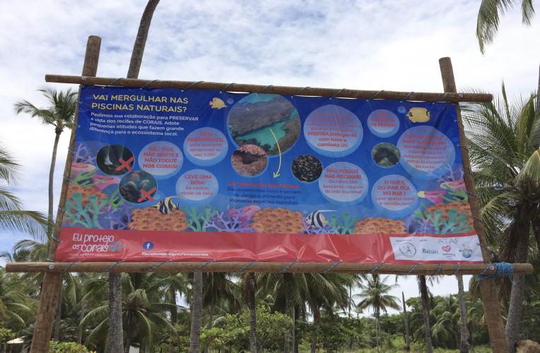 Banner da SOS Corais lembrando o (a) turista o básico para preservar os corais da Península de Maraú.