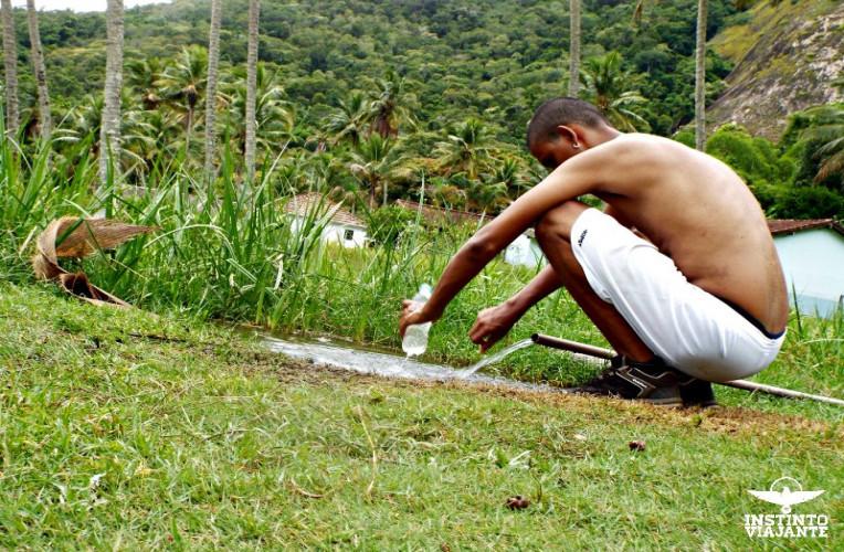 Captando água de fonte, em Ilha Grande, RJ