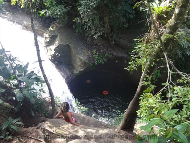 Platô de onde as pessoas saltam na Cachoeira da Pai, no Sana-RJ. Foto: amochilaeomundo.blogspot.com.br