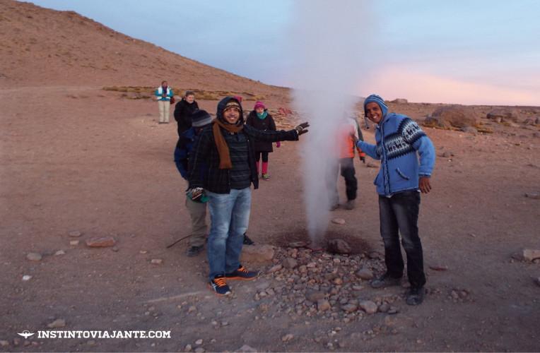 Aquecendo as mãos em um dos géiseres | Dia 3 no Deserto de Sal