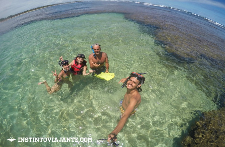 O movimento das marés é parte fundamental para fazer o passeio por Maraú e Taipu de Fora - na foto, nós e um verdadeiro mar de corais!