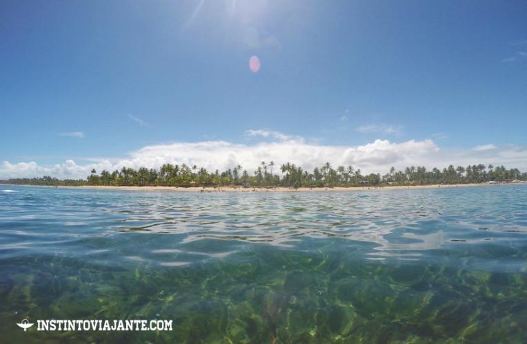 A linda praia de Taipu de Fora, na Península de Maraú, vista de dentro do mar.