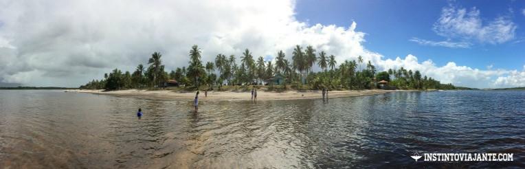 Praia da lagoa do Cassange vista de dentro d'água - apesar de parecer quando visto desse ângulo, o local não é uma ilha.
