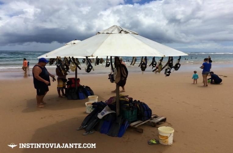 Tendas na praia de Taipu de Fora alugam equipamentos, máquinas fotográficas, etc.