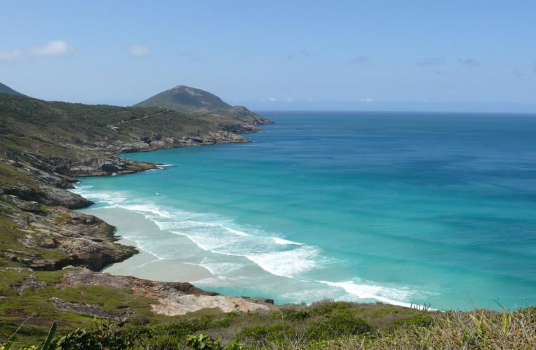 Vista aérea da Praia Brava em Arraial do Cabo-RJ na maré alta