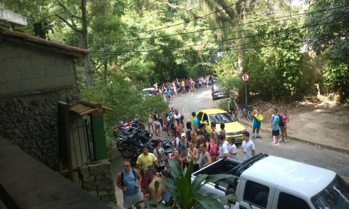 Rua de acesso a trilha Costão de Itacoatiara lotada