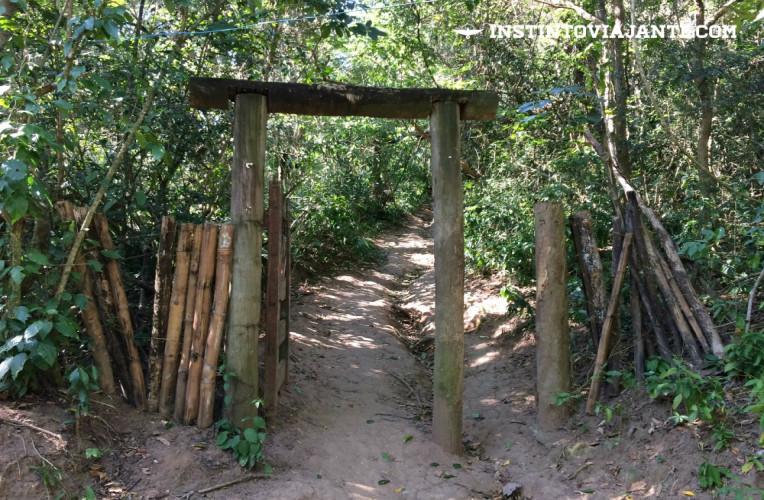 Portal na trilha das Andorinhas - Trecho em que separa as casas de moradores da parte mais preservada da trilha.