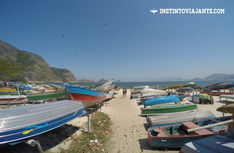 """Barcos de pescadores """"estacionados"""" em uma das entradas da praia de Itaipu."""