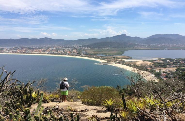 Lagoa e praia de Itaipu vistas do mirante dos Cactos, na segunda metade da trilha das Andorinhas. Foto: Gabriela Gismonti / exploreniteroi.com.br.