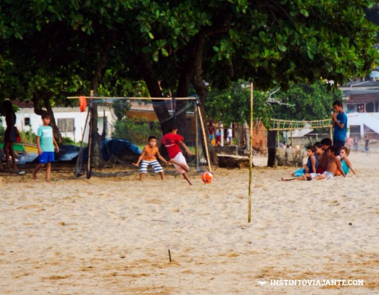 Molecada jogando bola em Provetá, Ilha Grande/RJ