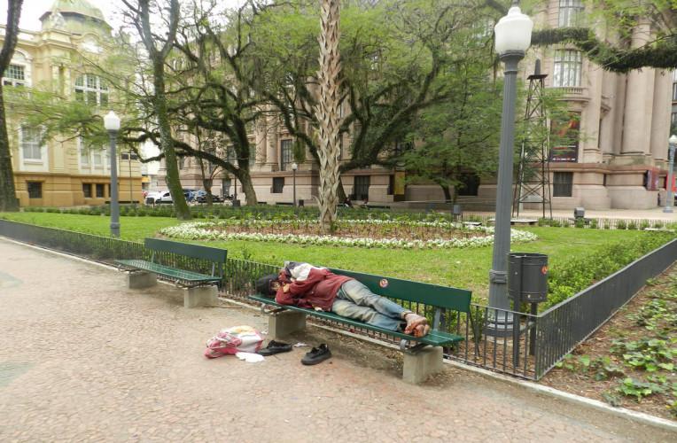 dormir praça instinto viajante