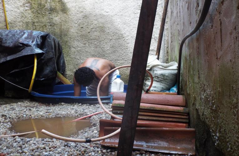 Limpando caixa d`água