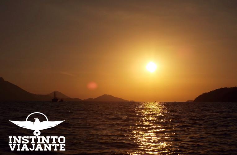 Por do sol no momento que ia de barco de Conceição de Jacaraeí para Abraão, Ilha Grande/RJ