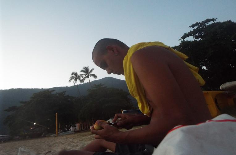 Café da manhã em Abraão, Ilha Grande, com as frutas que ganhei no barco. Primeira vez usando o canivete, quem acaba de comprar um sabe bem a sensação.
