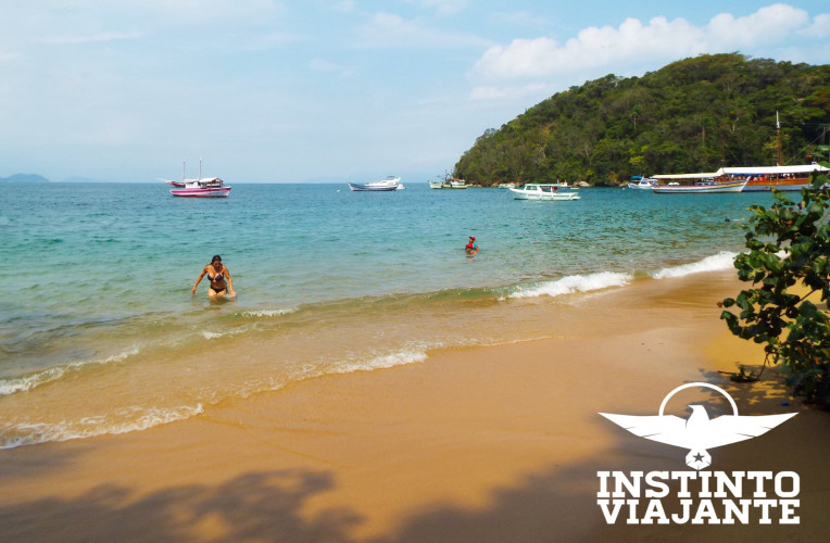 Praia de Japariz, Ilha Grande/RJ - restaurantes e movimento intenso de turistas