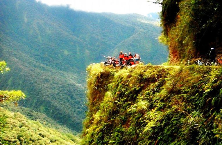 Precipício na Estrada da Morte, na Bolívia - Instinto Viajante