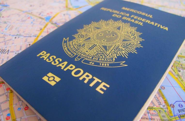 Passaporte brasileiro sobre um mapa