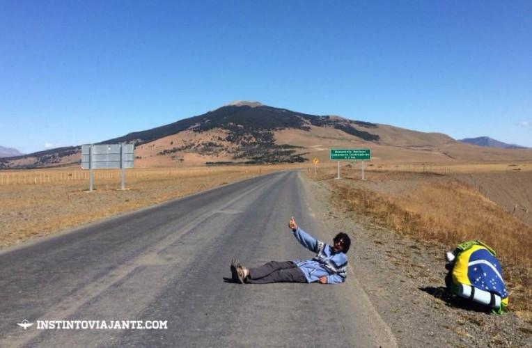 Bernardo deitado na estrada para pedir carona - má idéia