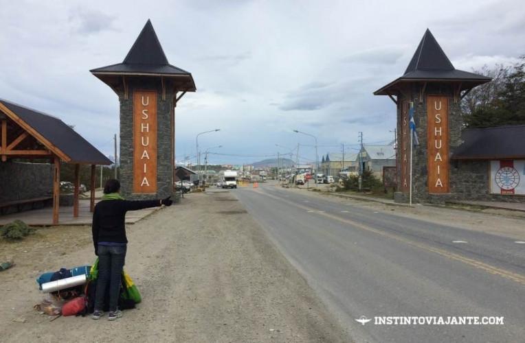 Isabela pedindo carona no portal de entrada e saída de Ushuaia