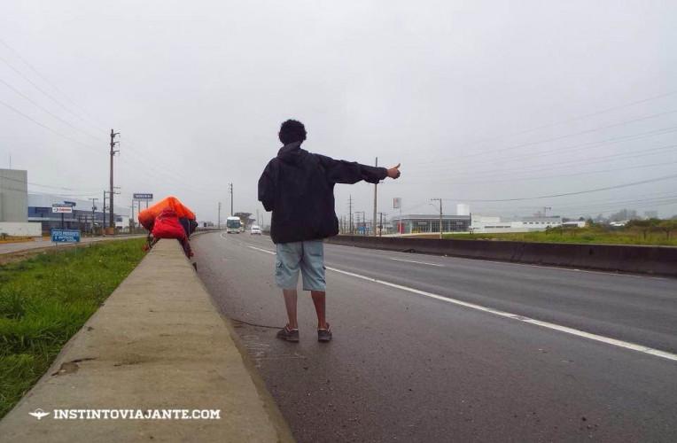 Pedindo carona na chuva em Santa Catarina