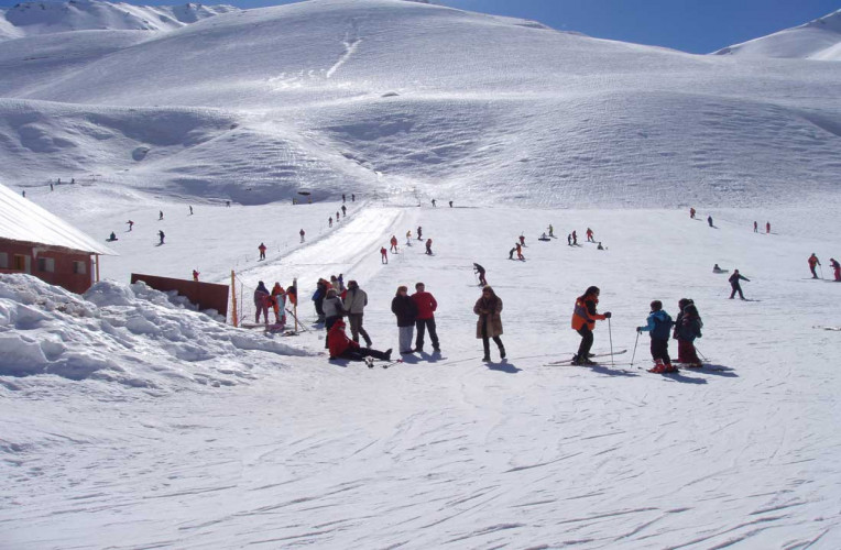 Pessoas esquiando no centro de esqui Los Peninentes em Mendoza